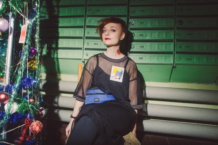 Королевы подъездов: яркие фото девушек на лестничной клетке