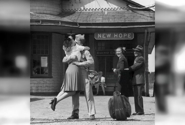 Любовь во время войны: 30 исторических фото о прощании и встрече влюбленных
